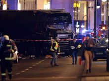 Теракт в Берлине: грузовик въехал в толпу на рождественской ярмарке, 12 погибших