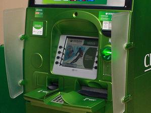 «Чужие» карты: Сбербанк вводит комиссию за снятие наличных с Visa
