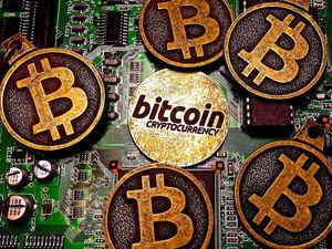 Обналичить биткоины: почему криптовалюту массово меняют на доллары, а платить ею не хотят