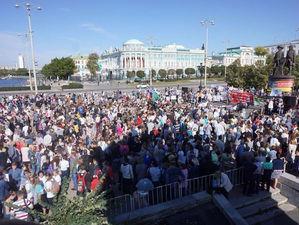 В Екатеринбурге прошел «сетевой» митинг обманутых дольщиков. Власти вышли к народу