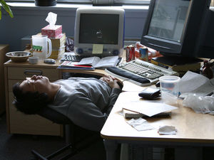 Почему спать на работе на самом деле правильно и как это делать