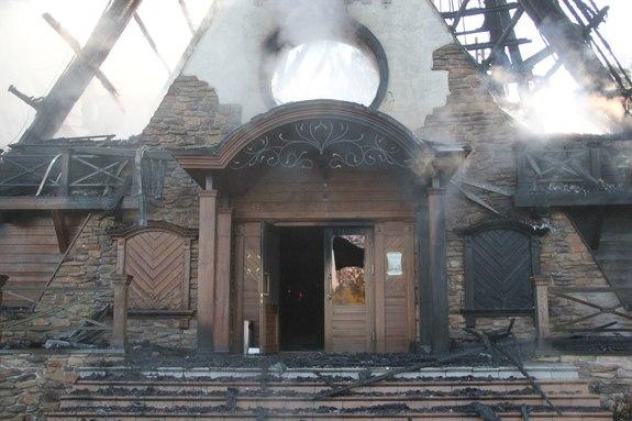 В Казани сгорел ресторан «Нарат» на Лебяжьем озере, пострадавших нет //ВИДЕО 1