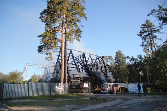 В Казани сгорел ресторан «Нарат» на Лебяжьем озере, пострадавших нет //ВИДЕО 2