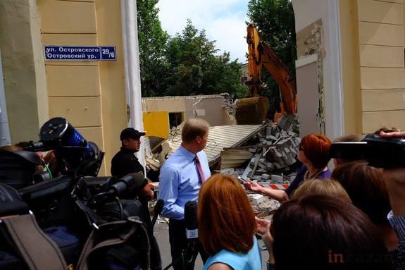 В Казани снесли пивной магазин на Островского 1