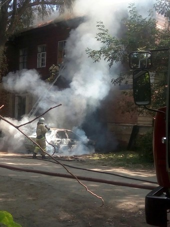 В Казани огонь от загоревшейся иномарки перекинулся на столетний жилой дом 1