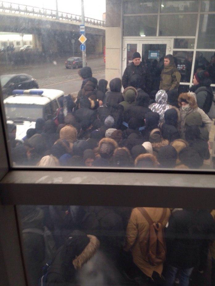 «Чёрная пятница» в Казани: полиция выезжала к штурмующей магазин толпе 1