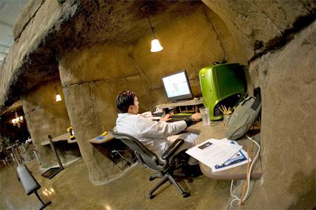 Искусственная пещера и домик на дереве – как выглядит самый сказочный офис в мире 1