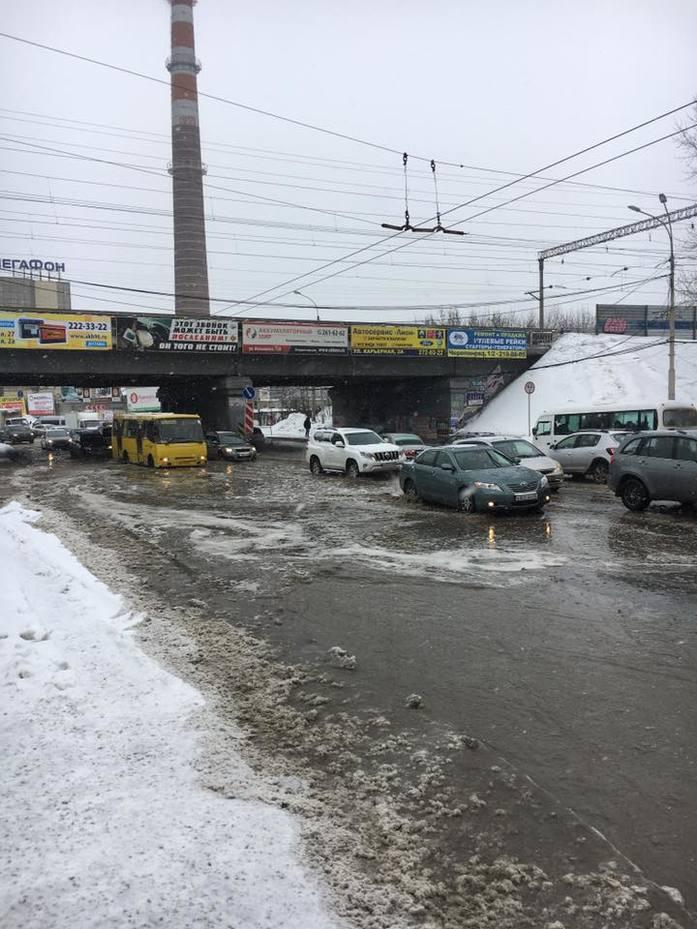 «Снежная мяша с водой разнесена вперед». Центр Екатеринбурга остается затопленным  1