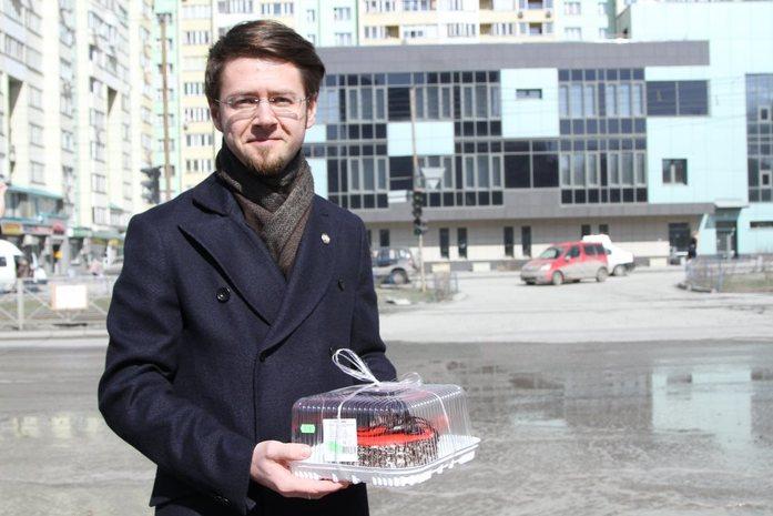 Новосибирские блогеры и общественники отметили день рождения самой глубокой дорожной ямы 1
