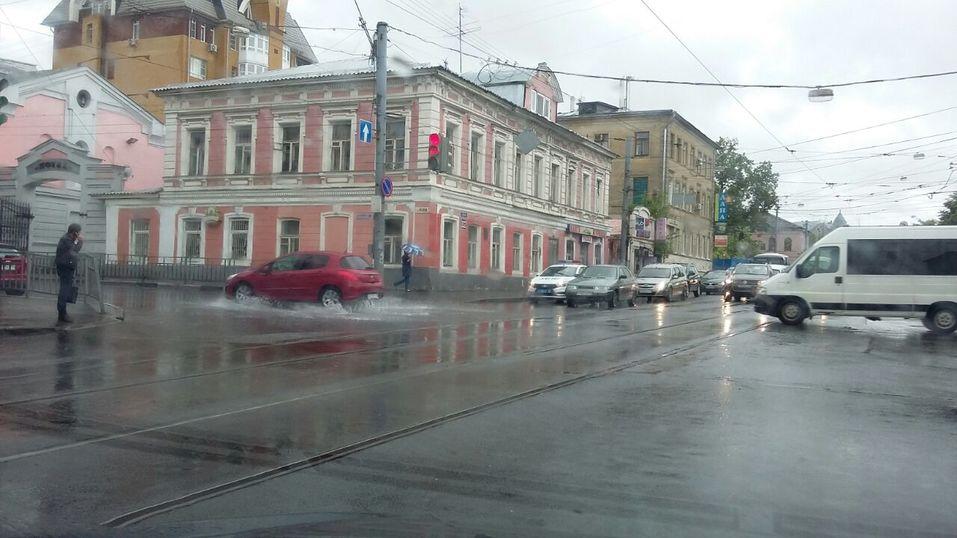 Ливень в Нижнем Новгороде парализовал движение транспорта 3