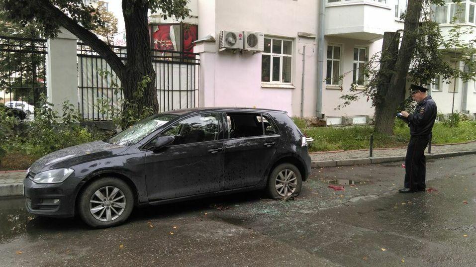 В машину символически подкинули селедку. Кто-то снова испортил имущество «Лиги ЖКХ» 1