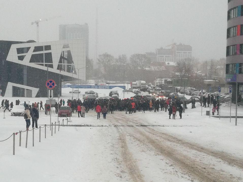 На прощальные «обнимашки» с екатеринбургской телебашней вышли сотни горожан  2