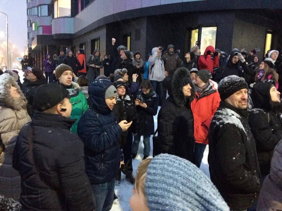 На прощальные «обнимашки» с екатеринбургской телебашней вышли сотни горожан  3