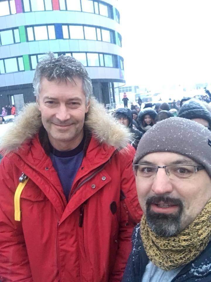 На прощальные «обнимашки» с екатеринбургской телебашней вышли сотни горожан  4