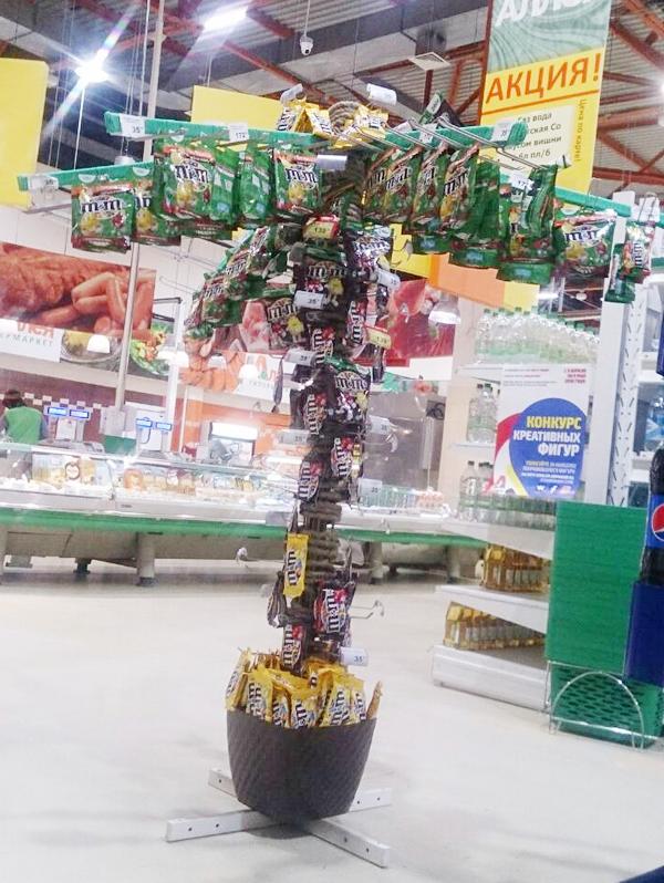 В гипермаркетах «Аллея» в Красноярске построили пальмы из конфет и корабли из семечек 1