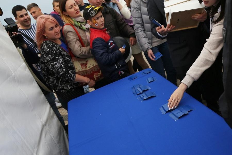 Остался только в виде арт-объекта. Как в Нижнем Новгороде сносили синий забор. ФОТО 5