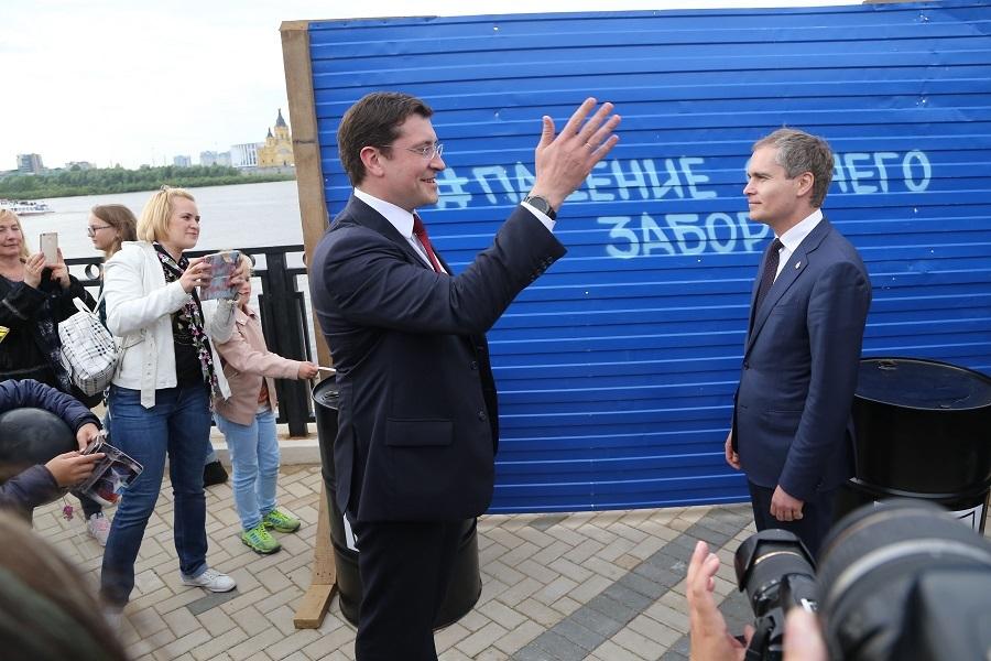 Остался только в виде арт-объекта. Как в Нижнем Новгороде сносили синий забор. ФОТО 6