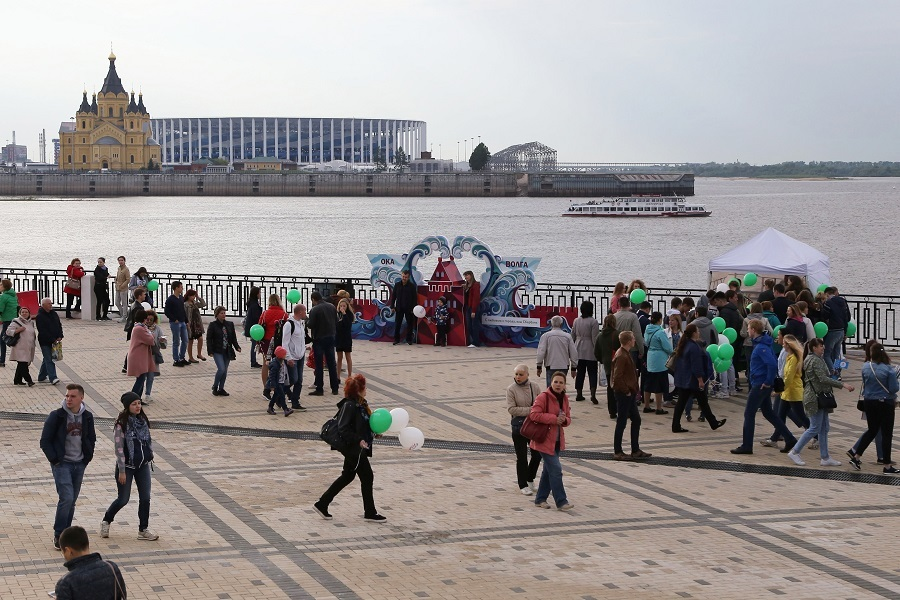 Остался только в виде арт-объекта. Как в Нижнем Новгороде сносили синий забор. ФОТО 9