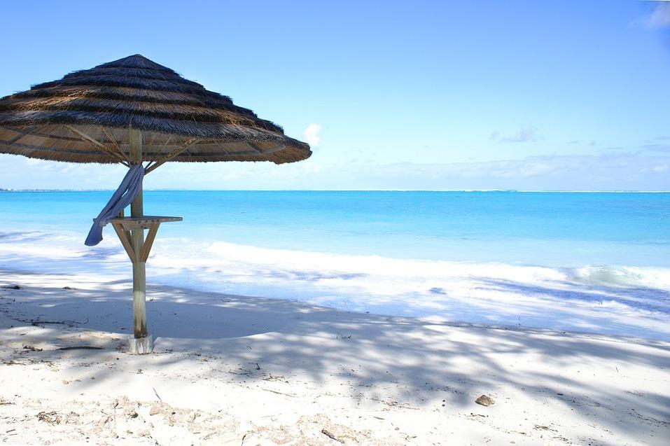 15 лучших пляжей мира: как туда добраться и сколько стоит аренда зонтика 1