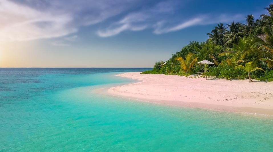 15 лучших пляжей мира: как туда добраться и сколько стоит аренда зонтика 5