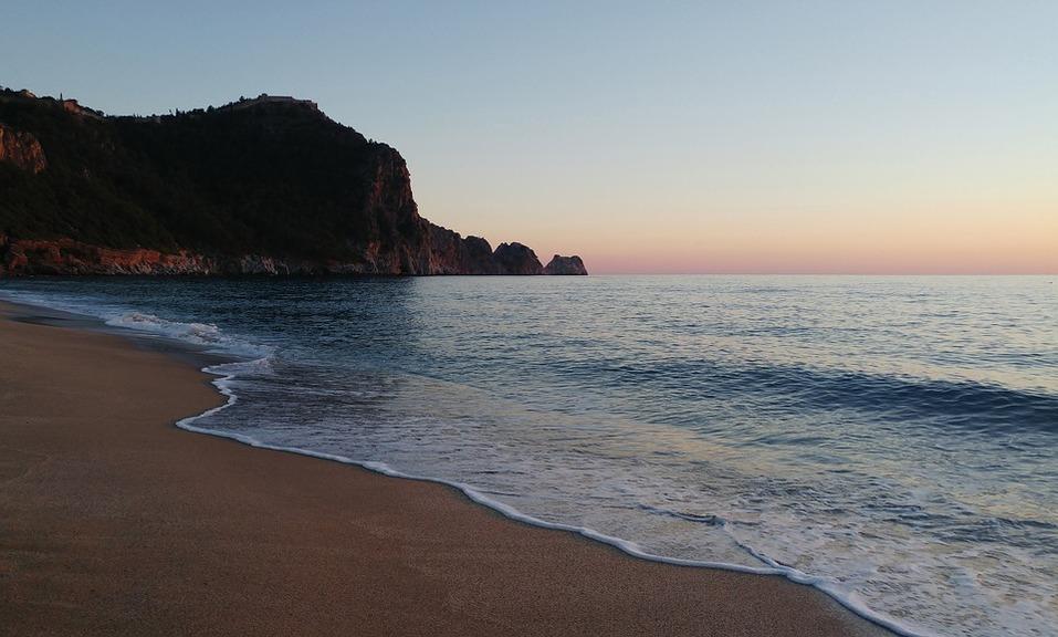 15 лучших пляжей мира: как туда добраться и сколько стоит аренда зонтика 6