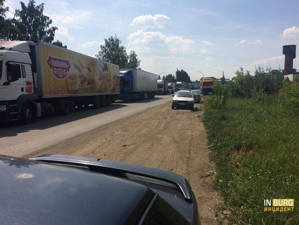 Пробка из фур, дорогу оцепили. ГИБДД заблокировала проезд к логопарку в Екатеринбурге 1