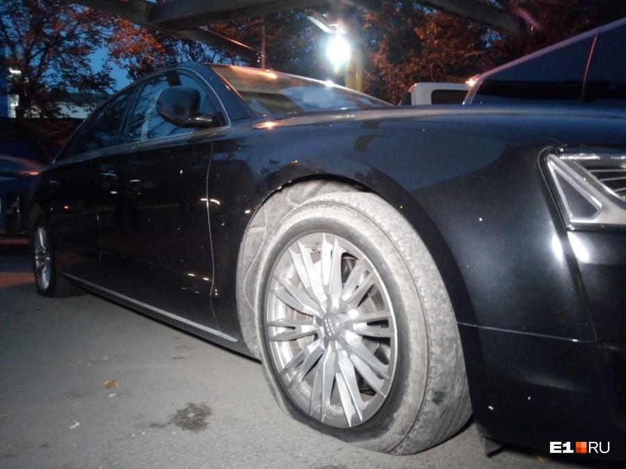 Уходили на спущенных колесах. В Екатеринбурге расстреляли иномарку из автомата   1