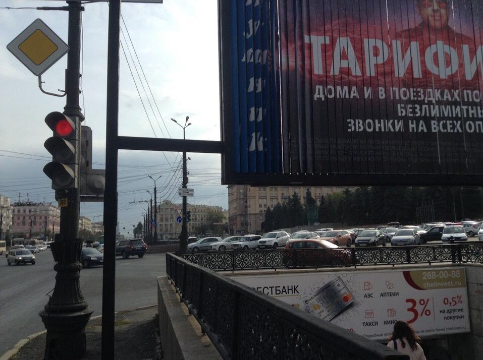 В Челябинске площадь Революции очистили от рекламных щитов 2