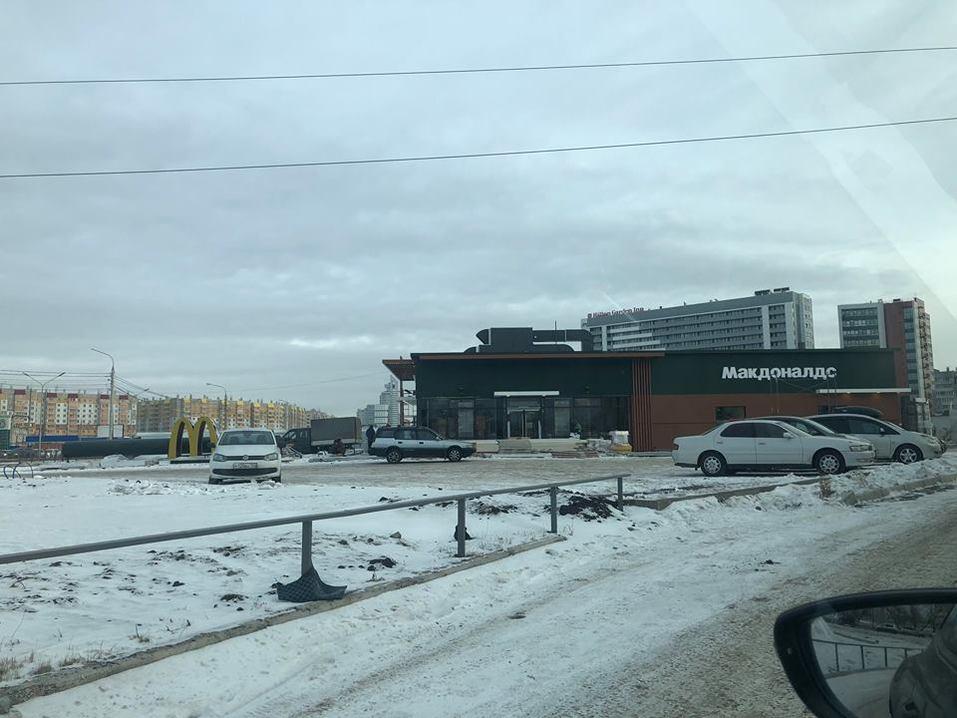 Макдональдс в Красноярске на финишной прямой: монтируют вывеску ФОТО 1