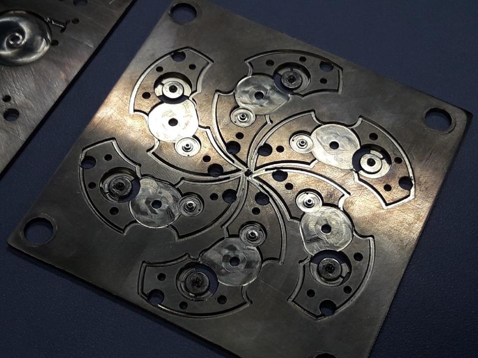«Надо быть и механиком, и ювелиром»: как на челябинском заводе создают механизмы для часов 3