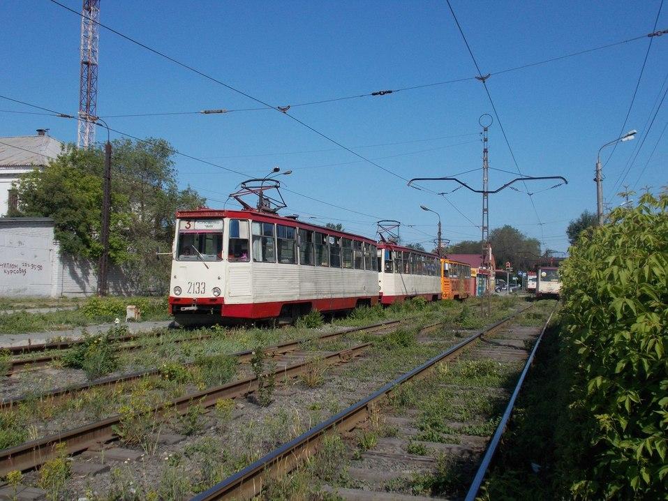 «Неуважение к пассажирам»: в Челябинске предложили демонтировать плитку с трамвайных путей 2