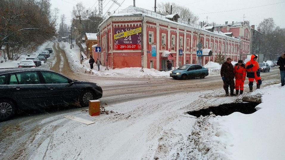 Осторожно! В центре Нижнего Новгорода образовался трехметровый провал  2