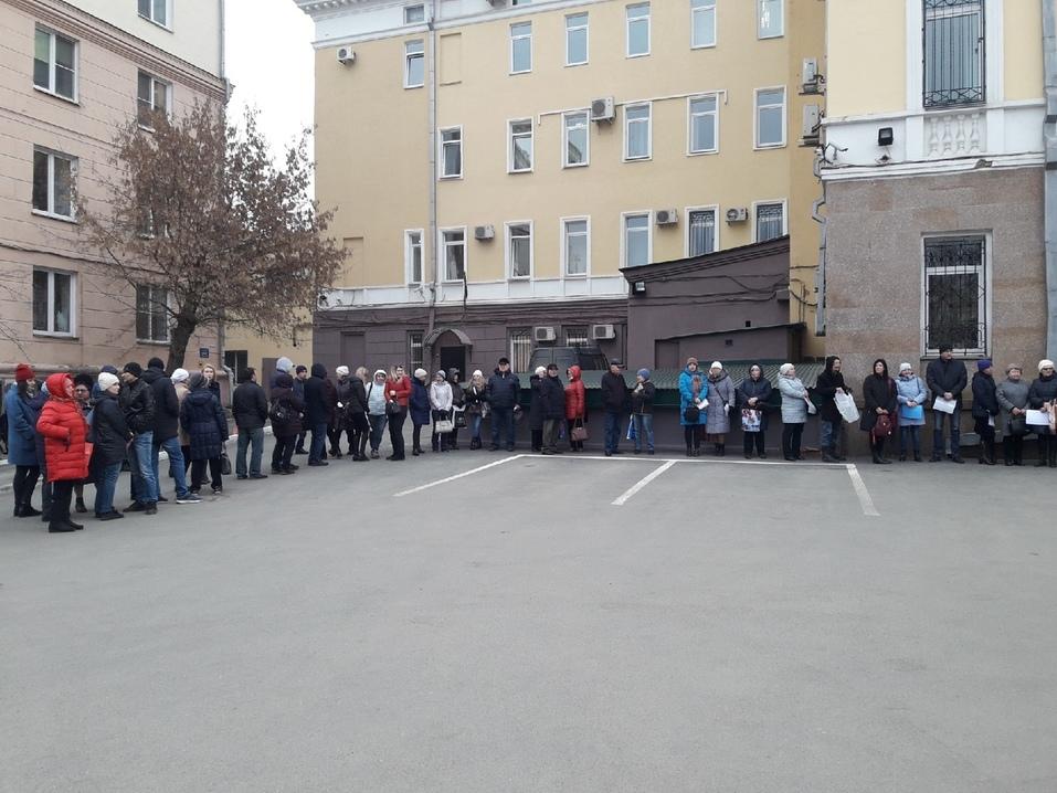 В Челябинске дольщики окружили здание правительства 1