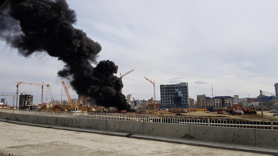 На стройке возле конгресс-холла в Челябинске произошел пожар. ФОТО 1