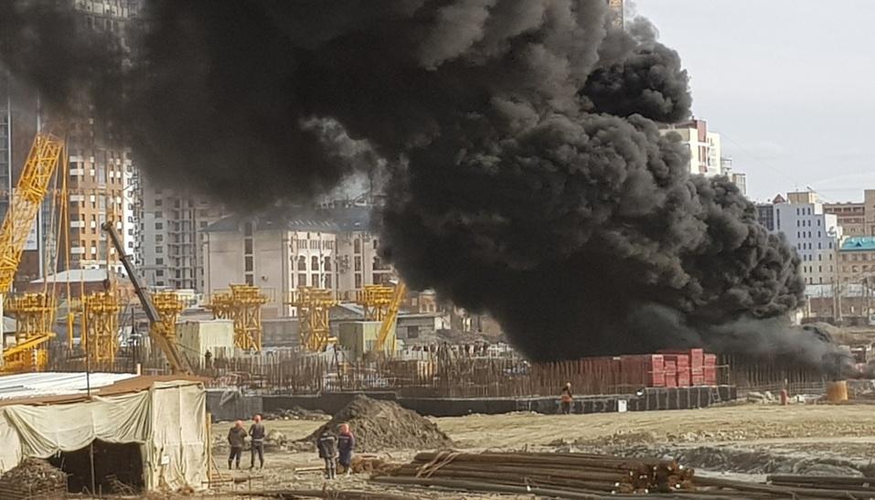 На стройке возле конгресс-холла в Челябинске произошел пожар. ФОТО 2
