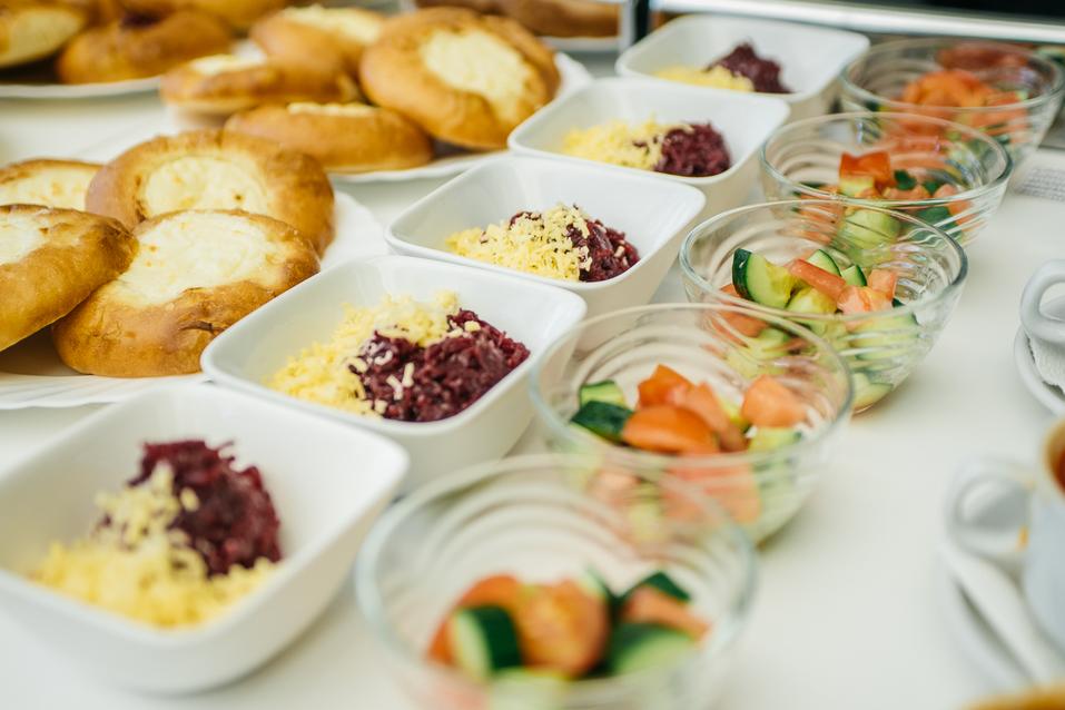 Чем кормят детей в школе? В Екатеринбурге оператор питания показал столовскую еду 1