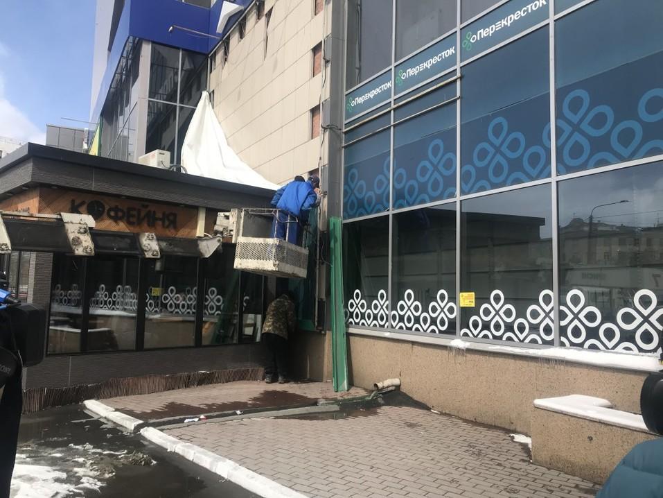 В Челябинске от вывесок очистили ТК «Алое Поле». ФОТО 1
