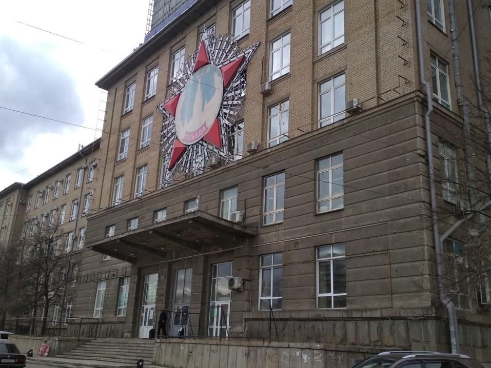 В Челябинске со здания Теплотеха сорвали все вывески. Как выглядит объект теперь 1