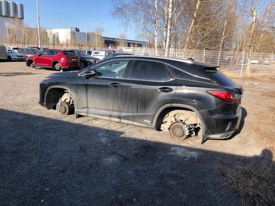 «Полное равнодушие». В аэропорту Кольцово на платной парковке снимают колеса с машин 1