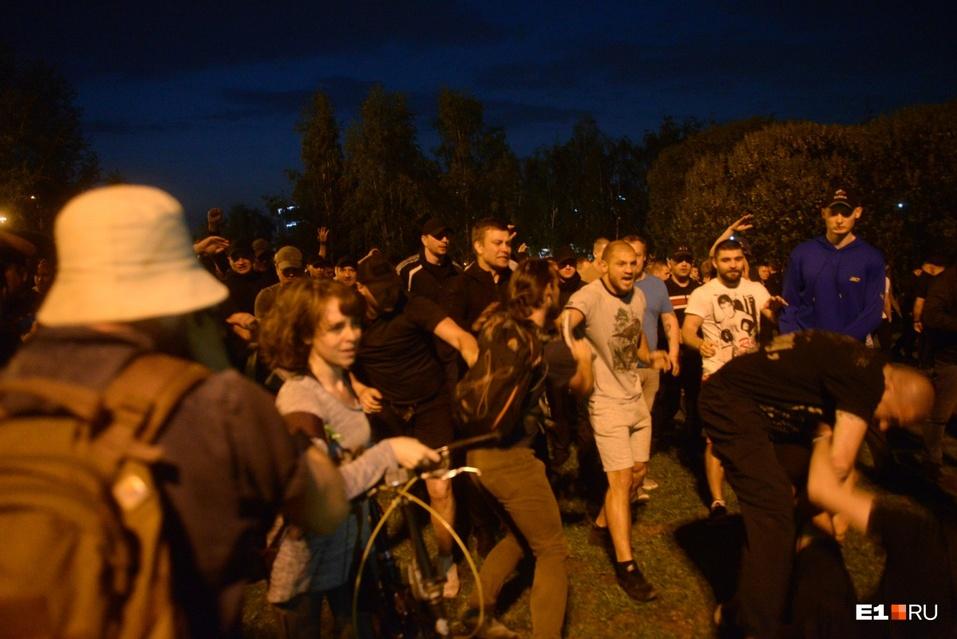 От обнимашек до ОМОНа. Противники храма в Екатеринбурге протестовали всю ночь  1