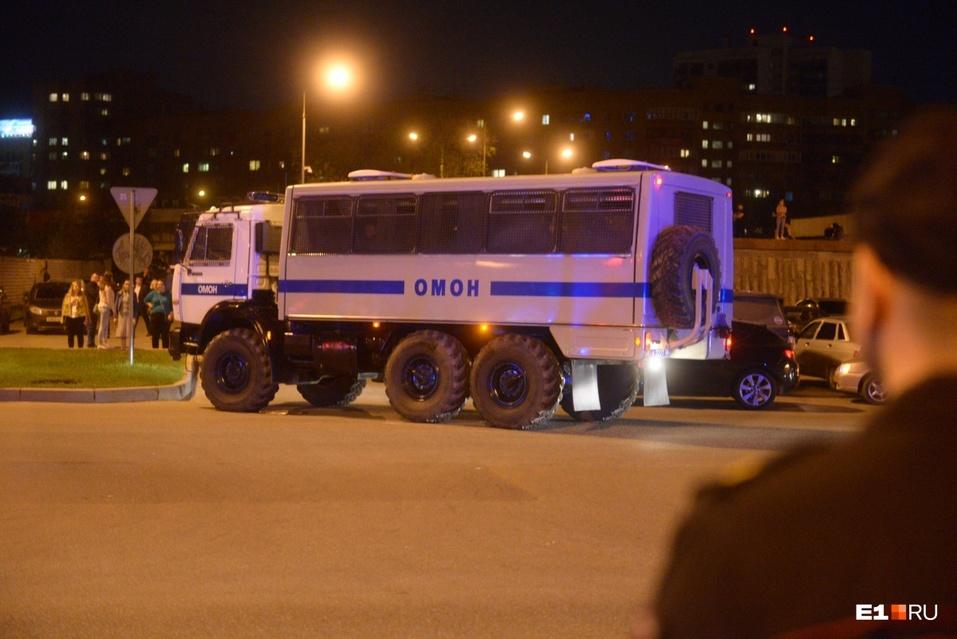 От обнимашек до ОМОНа. Противники храма в Екатеринбурге протестовали всю ночь  2