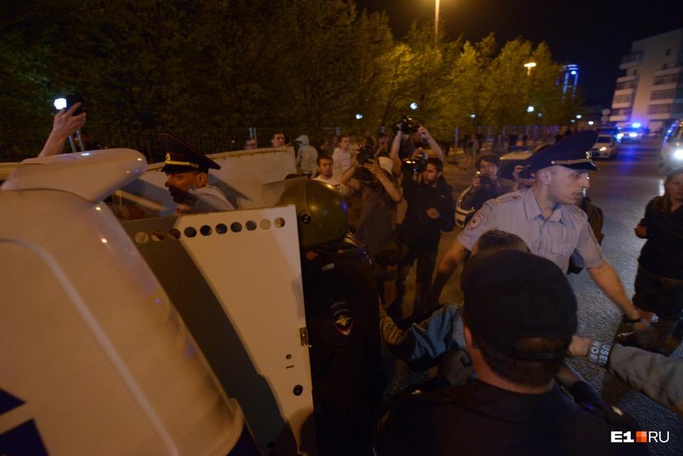 От обнимашек до ОМОНа. Противники храма в Екатеринбурге протестовали всю ночь  3