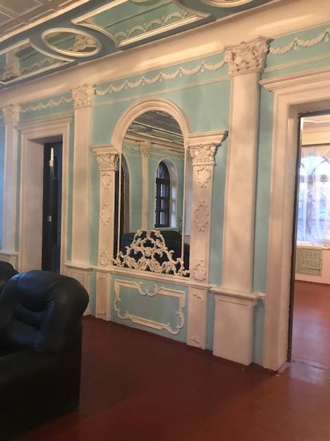 Колонны, мрамор и позолота. В Екатеринбурге продают сразу несколько особняков-дворцов  1