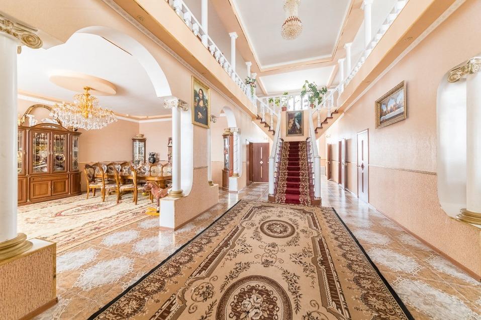 Интерьеры украшены картинами, люстрами и лестницами