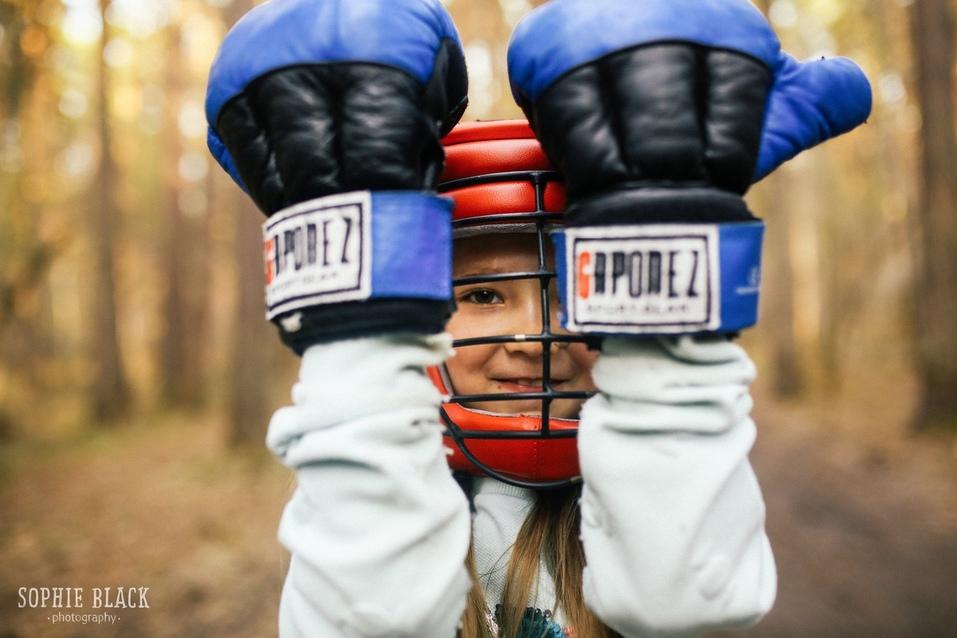 Ребенок в боксерских перчатках
