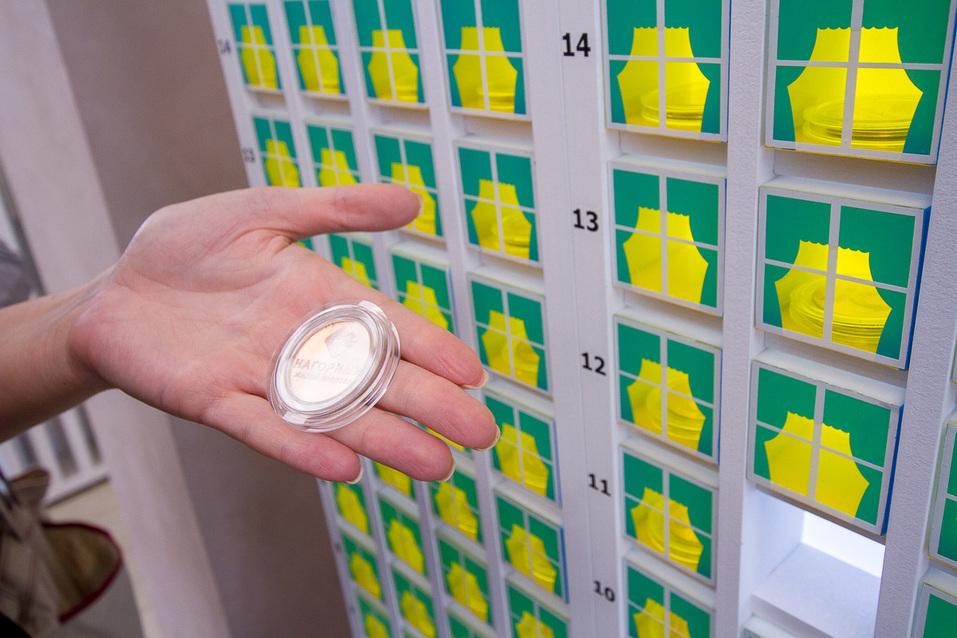 Каждый покупатель квартиры получает при покупке памятную медную монету.