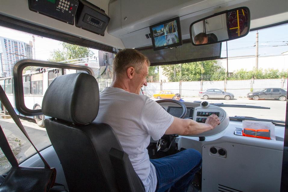Водитель в электробусе