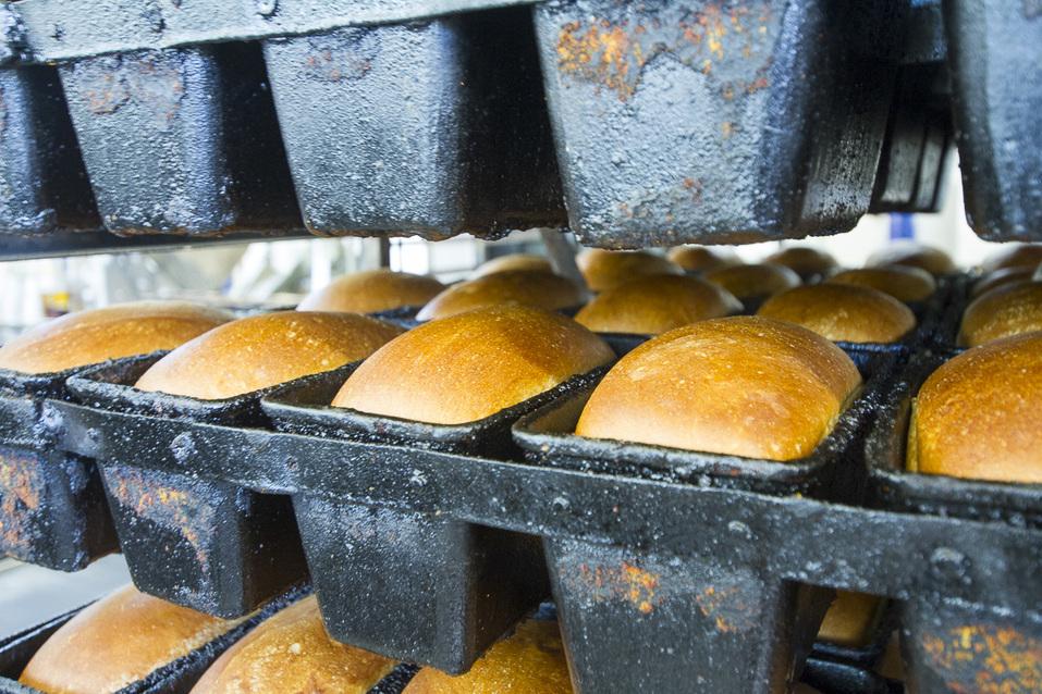 Хлеб выходит из печи глянцевым