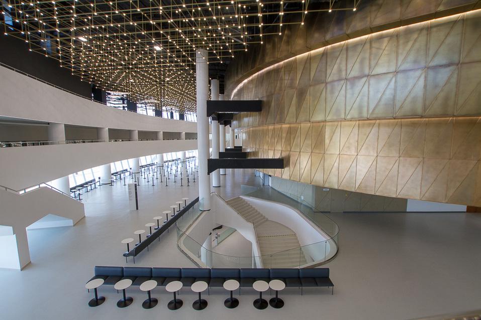 Второй этаж конгресс-центра — зона фудкорта