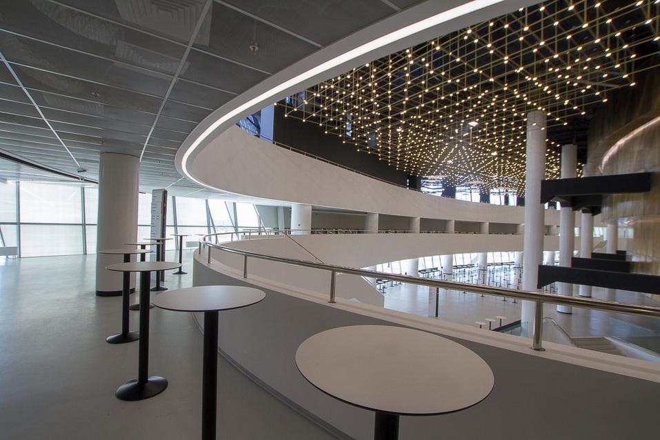 Дизайнерский потолок конгресс-центра